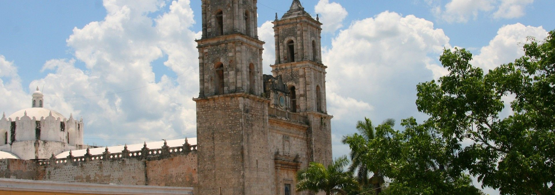 Church_of_Valladolid_Mexico.jpg