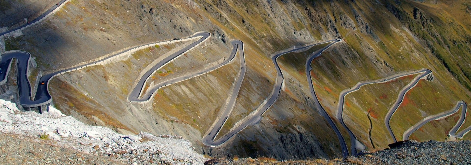 The_serpentine_roads_of_the_Passo_dello_Stelvio.jpg
