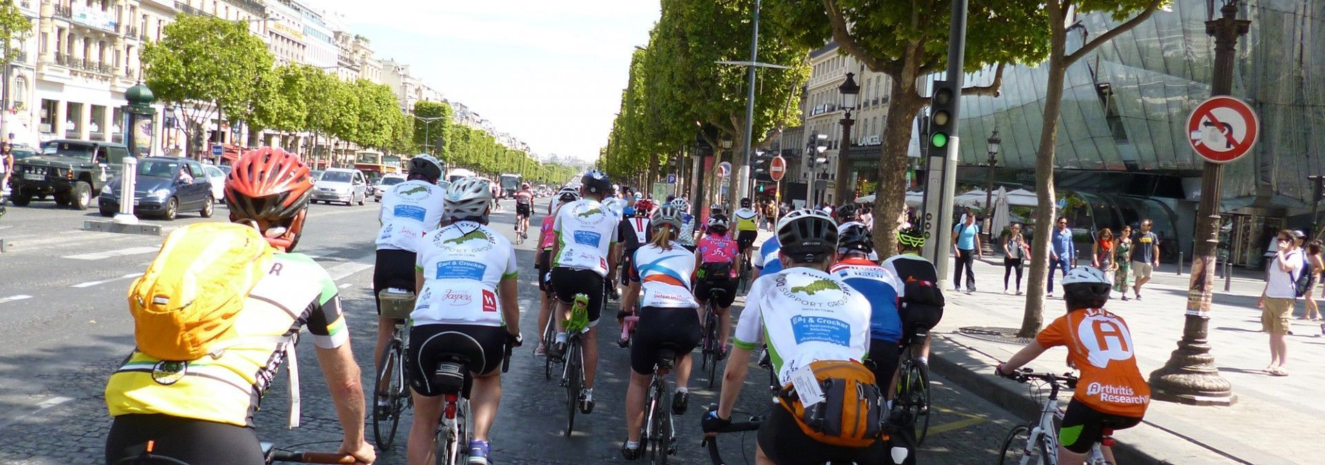 Peloton_Cycling_through_Paris.jpg
