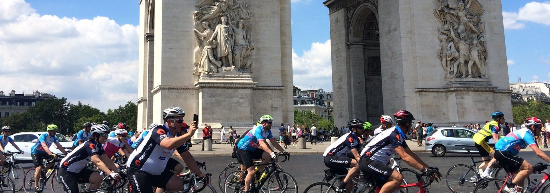 Peloton_under_Arc_de_Triomphe.jpg